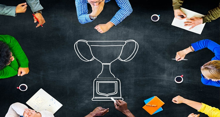 Employee reward and recognition acknowledges exceptional performance in a team.